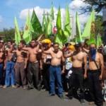 DEMO BURUH : 10 Bulan Tak Terima Upah, Buruh Simoplas Telanjang Dada