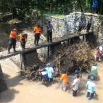 BANJIR MADIUN : Bersih-Bersih Sungai, Warga dan Petugas BPBD Takut Lihat Ular