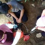 Tim Peneliti dari Balai Pengembangan dan Penelitian Teknologi Kebencanaan Geologi (BPPTKG) DIY memasang alat detektor gas. Alat itu digunakan untuk menganalisa kandungan uap air yang keluar dari dalam tanah pekarangan rumah Trisno Wiyono, di Dusun Kayen, Desan Sampang, Kecamatan Gedangsari, Gunungkidul, Jumat (17/2/2017). (JIBI/Irwan A. Syambudi)