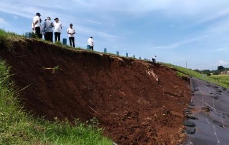 Tim ahli dari Balai Bendungan Ditjen SDA Kementerian PUPR, Kamis (16/2/2017) siang, meninjau kondisi tanggul Waduk Lalung, Karanganyar. (Kurniawan/JIBI/Solopos)