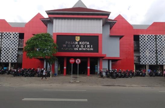 Bagian depan Pasar Kota Wonogiri dicat warna merah. Foto diambil belum lama ini. (Rudi Hartono/JIBI/Solopos)