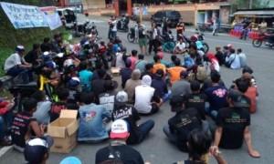 Peserta aksi damai kepedulian Gunung Lawu mendengarkan orasi tokoh pemuda Karanganyar di Bundaran HI, Kalisoro, Tawangmangu, Minggu (5/3/2017) siang. (Kurniawan/JIBI/Solopos)
