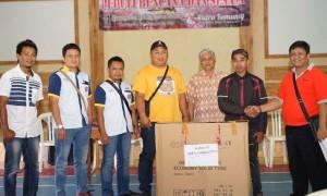 Pengurus dan anggota Paguyuban Putra Lawu Korea di Indonesia menyerahkan bantuan dari anggotanya di Korea kepada warga Ngargoyoso, Sabtu (4/3/2017), di Balai Desa Kemuning. (Istimewa/Paguyuban Putra Lawu Korea)
