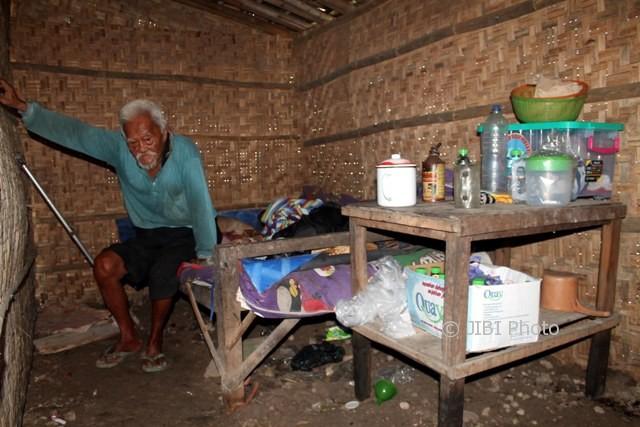 Kariyo Semito, lelaki berusia 110 tahun, di rumah sempitnya di pinggir sawah Dukuh Semen RT 002, Desa Sribit, Kecamatan Sidoharjo, Sragen, Sabtu (11/3/2017). (Tri Rahayu/JIBI/Solopos)