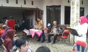 Warga menggunakan hak pilih mereka untuk memilih ketua RT 004/RW 030 Kadipiro, Banjarsari, Minggu (12/3/2017) sore. (Irawan Sapto Adhi/JIBI/Solopos)