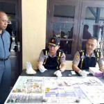 Petugas Dokpol Polres Sragen memeriksa sampel urine dari 25 personel polisi di mapolres setempat, Rabu (15/3/2017). (Moh. Khodiq Duhri/JIBI/Solopos)