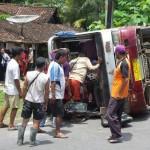 KECELAKAAN SUKOHARJO : Minibus Rombongan Pengantin Terguling, 7 Penumpang Terluka