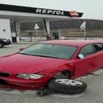 Mobil BMW yang menabrak pilar sebuah SPBU mengalami kerusakan (Facebook)