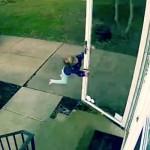 Seorang gadis tertiup angin saat akan membuka pintu rumah (Facebook)
