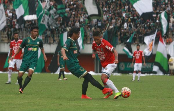 Penyerang Bali United Irfan Bachdim (merah) berebut bola dengan pemain PSS Waluyo pada laga uji coba di Stadion Maguwoharjo, Sleman, Minggu (19/3/2017) sore. (Jumali/JIBI/Harian Jogja).