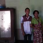 Rokim, 24, menggandeng Tampi, 67, yang kini menjadi istrinya di rumahnya, RT 009/RW 002, Desa Nampi, Kecamatan Gemarang, Kabupaten Madiun, Minggu (19/3/2017). (Abdul Jalil/JIBI/Madiunpos.com)
