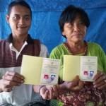 Rokim, 24, bersama Tampi, 67, menunjukkan buku nikah di rumah mereka di Desa Nampu, Kecamatan Gemarang, Kabupaten Madiun, Minggu (19/3/2017). (Abdul Jalil/JIBI/Madiunpos.com)
