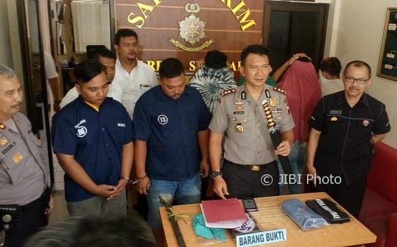 Wakapolresta Solo, AKBP Andy Rifai, menunjukkan barang bukti milik pelaku perusakan dan penganiayaan di Mapolresta Solo, Senin (20/3/2017). (Muhammad Ismail/JIBI/Solopos)