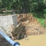 INFRASTRUKTUR SUKOHARJO : Awas, Talut Sayap Jembatan Sungai Jlantah Nguter Ambrol