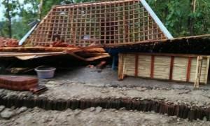 Kondisi rumah Sarimin, 50, di Dusun Waduk RT 005, Desa Kecik, Tanon, Sragen, yang roboh setelah diterjang angin puting beliung, Senin (27/3/2017). (Istimewa)