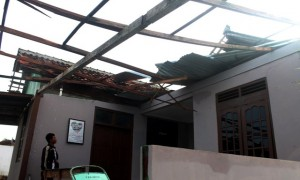 Kadus II Desa Kecik, Tanon, Sragen, Catur Sunarwan, memeriksa kondisi Polindes Kecik yang rusak diterjang puting beliung, Selasa (28/3/2017). (Tri Rahayu/JIBI/Solopos)