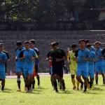 Pemain Persis Gotong royong melakukan latihan di stadion Sriwedari, Solo. Rabu (29/3). (JIBI/SOLOPOS/ Sunaryo Haryo Bayu)
