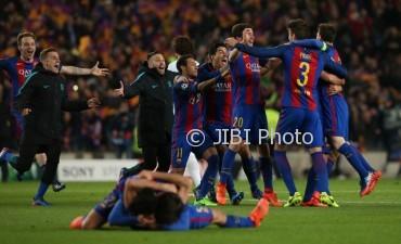 Para pemain Barcelona merayakan kemenangan (JIBI/Reuters/Albert Gea)