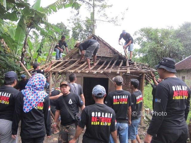 Anggota Info Cegatan Klaten (ICK) membedah rumah milik Mbah Ngadinem di Ngerangan, Bayat, Klaten, Minggu (26/3/2017). (Ponco Suseno/JIBI/Solopos)