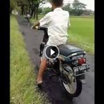 Aksi Bocah Naik Sepeda Motor Ini Bisa Jadi Pelajaran untuk Ortu