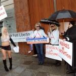 Mantan Penari Erotis Nekat Buka Baju di Kantor Parlemen Demi Maju Pilpres