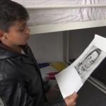 Farhad Nouri memegang lukisannya (News.sky.com)
