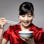 Ilustrasi makan menggunakan sumpit di Tiongkok (www.shanghaijungle.com)