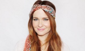 Ilustrasi pemakaian scarf sebagai bando (Pinterest)