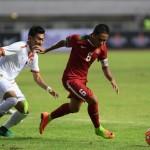 Pesepak bola Timnas U-22 Indonesia Evan Dimas (kanan) menggiring bola dibayangi pesepak bola Timnas Myanmar Thet Naing (kiri) dalam pertandingan persahabatan di Stadion Pakansari, Cibinong, Bogor, Jawa Barat, Selasa (21/3).(ANTARA/Sigid Kurniawan)