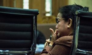 Politikus Partai Hanura Miryam S. Haryani mengusap air mata ketika bersaksi di sidang kasus dugaan korupsi proyek e-KTP di Pengadilan Tipikor Jakarta, Kamis (23/3/2017).(JIBI/Solopos/Antara/Aprillio Akbar)