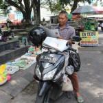 Edy Kuncoro, 44, warga Desa Troso, Karanganom, Klaten siap mengganti koran-koran yang dibeli pelanggan dengan nasi bungkus melalui sistem tukar tambah. (Taufiq Sidik/JIBI/Solopos)