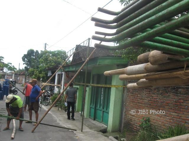 Pekerja menyelesaikan membuat rangka bambu untuk menaikkan kajang di depan rumah almarhumah Sunarmi, 65, di Dukuh Ngenden RT 008/RW 007, Desa Banaran, Kecamatan Grogol, Kabupaten Sukoharjo, Sabtu (25/3/2017). (Trianto HS/JIBI/Solopos)