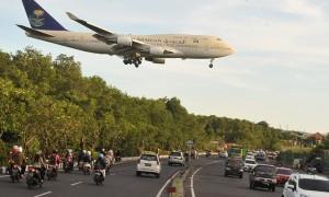 Pesawat Boeing 744 yang membawa Raja Arab Saudi Salman bin Abdulaziz Al Saud melintas sebelum mendarat di Bandara Internasional Ngurah Rai, Denpasar, Sabtu (4/3/2017). (JIBI/Solopos/Antara/Nyoman Budhiana)