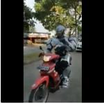 Pria berkostum Robocop naik sepeda motor. (Istimewa/Twitter)