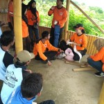 Personel tim SAR memberikan pelatihan pertolongan pertama pada kecelakaan (P3K) kepada beberapa pengurus BUM Desa Sendang Pinilih di objek wisata Puncak Joglo, Desa Sendang, Wonogiri, Minggu (19/3/2017). (Danur Lambang Pristiandaru/JIBI/Solopos)