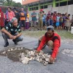 Sudarto, mantan tukang becak yang menambal jalan di Grogogan (kanan), didatangi Gubernur Jawa Tengah (Jateng), Ganjar Pranowo, saat tengah menambal jalan, Rabu (8/3/2017. (Istimewa-Humas Pemprov Jateng)