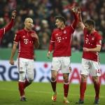 Xabi Alonso (kiri) bersama para pemain Bayern Munchen. (JIBI/REUTERS/Michael Dalder)