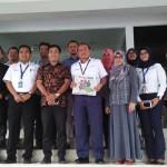 GM Angkasa Pura I dan Harian Jogja berfoto bersama di depan kantor PT Angkasa Pura I seusai audiensi, Selasa (21/3/2017). (Holy Kartika N.S/JIBI/Harian Jogja)