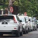 Mobil berjejer rapi terparkir di bawah rambu dilarang parkir di Jl. Lamper Sari, Kecamatan Semarang Selatan, Kota Semarang, Jateng. (Facebook.com-Dana Rahardja)