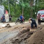 INFRASTRUKTUR PONOROGO : Pipa PDAM Pecah Terlindas Truk, Aliran Air ke Rumah Warga Mati
