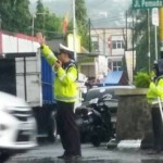 AKSI POLISI : Atur Lalu Lintas Saat Hujan Deras, Polisi Ungaran Picu Pro dan Kontra