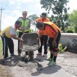KISAH INSPIRATIF : Polisi Klaten Urunan dan Bekerja Bakti Menambal Jalan Rusak