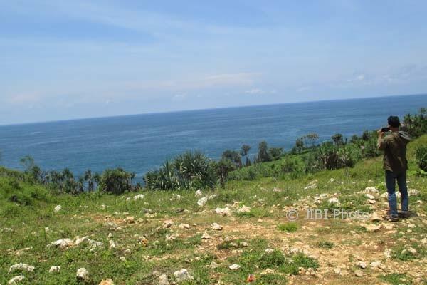Pemandangan laut selatan di lihat dari balik bukit di sebelah barat Pantai Ngrenehan, Desa Kanigoro, Kecamatan Saptosari, Gunungkidul. Sejumlah titik di Desa Kanigoro yang berdekatan dengan laut diketahui telah dimiliki oleh investor untuk dibangun resort dan hotel. Foto diambil Kamis (2/3/2017). (JIBI/Irwan A. Syambudi)