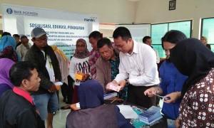 Warga memerhatikan petugas dari Kantor Perwakilan Bank Indonesia (KPBI) DIY yang menjelaskan tentang uang rupiah dalam Sosialisasi, Edukasi dan Penukaran Uang Rupiah di Kantor Kecamatan Pakem, Sleman, Kamis (2/3/2017). (Holy Kartika N.S/JIBI/Harian Jogja)