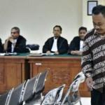 Kasi SMP Disdik Klaten, Suramlan, yang menjadi terdakwa kasus suap Bupati Klaten Sri Hartini di Pengadilan Tipikor Semarang, Jateng, Rabu (29/3/2017). (JIBI/Solopos/Antara/R. Rekotomo)