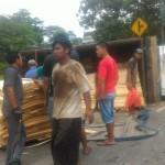 FOTO KECELAKAAN BOYOLALI : Truk Tripleks Terguling di Jalan Boyolali-Ampel, Arus Tersendat