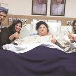 Eman Ahmed Abd El Aty berpose dengan kerabat dan petugas medis. (Istimewa)