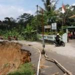 INFRASTRUKTUR KARANGANYAR : Longsor Tak Kunjung Diperbaiki, Jalan Kabupaten di Jatiyoso Nyaris Putus