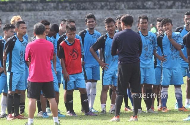 Pemain Persis Gotong royong mendapat pengarahan dari pelatih Eduard Tjong saat latihan di stadion Sriwedari, Solo< Selasa (4/4). (JIBI/SOLOPOS/ Sunaryo Haryo Bayu)