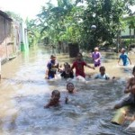 BANJIR KLATEN : Terkepung Banjir, Akses 8 Keluarga Tertutup